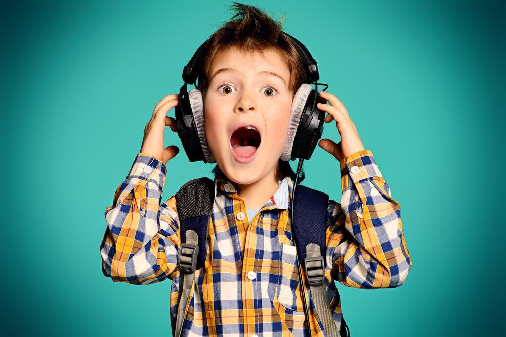 kind met koptelefoon deezer