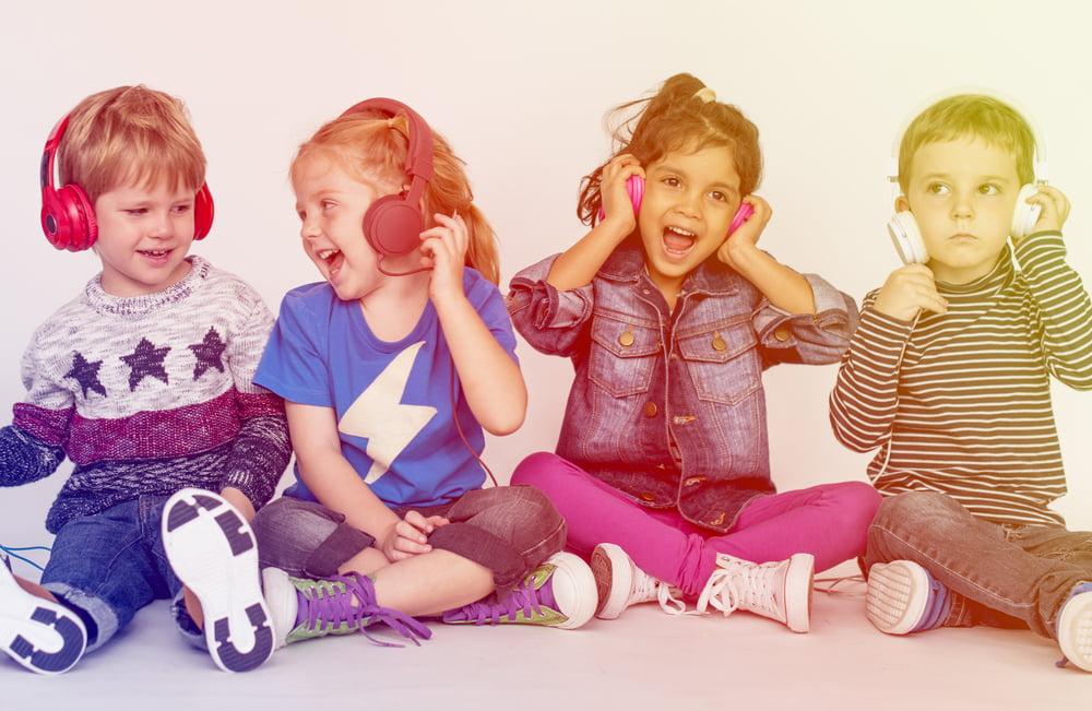 Kinderen luisteren naar deezer