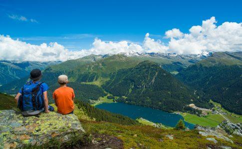 Klosters, Vereina, Wandern, Familie, Spass, Sonne, Alp Sardasca, Gletscherlehrpfad, Wasser, Brunnen, Trinkflaschen auffüllen, Trinkflaschen, frisch, Abkühlung, Erholung