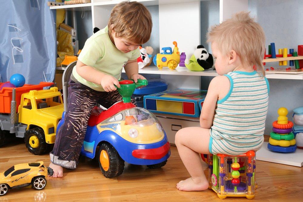 Kinderen spelen met speelgoed